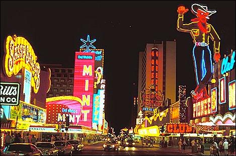 Pic 4.Cao bồi Vegas Vic và Sassy  Sally_Downtown_Las_Vegas (1)