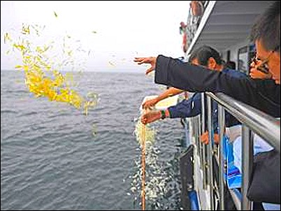 chinese-nobel-laureate-liu-xiaobos-ashes-scattered-at-sea