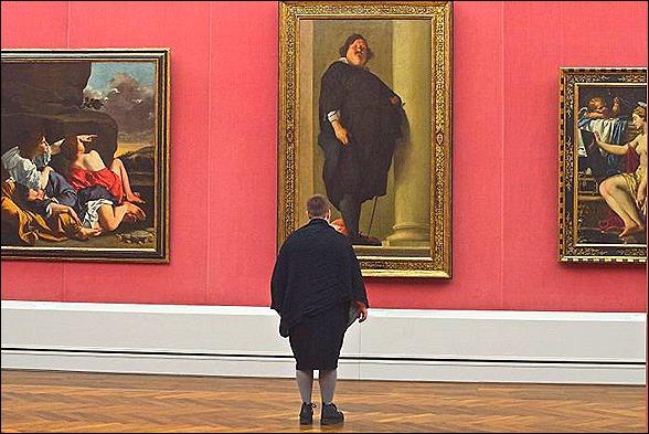 fat man looking at art -stefan draschan